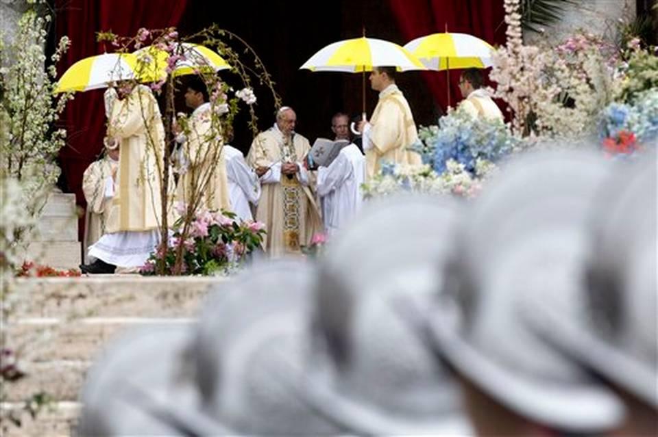 El papa Francisco celebra la misa del Domingo de Pascua en la Plaza de San Pedro en el Vaticano, el domingo 5 de abril de 2015.