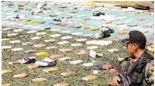 Pobladores de Oruro protegen a narcos con metralletas y fusiles y atacan a policías