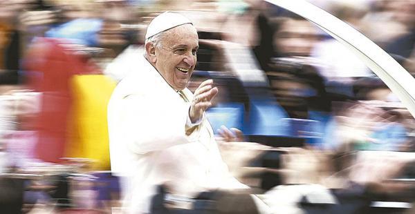 Así, sin vidrios blindados ni coches cerrados, el papa Francisco se brinda a la gente que lo espera en cada país. Bolivia se prepara para recibirlo