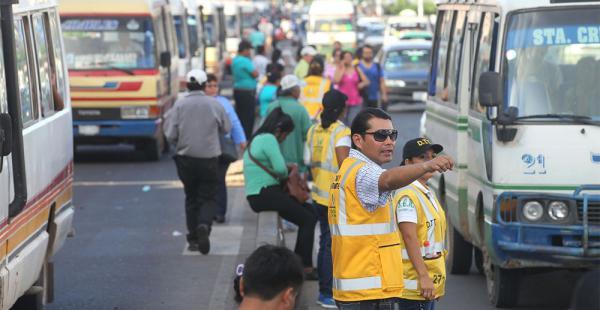 Los guardias de Tráfico y Transporte en el operativo para recuperar las calles aledañas a la ex terminal