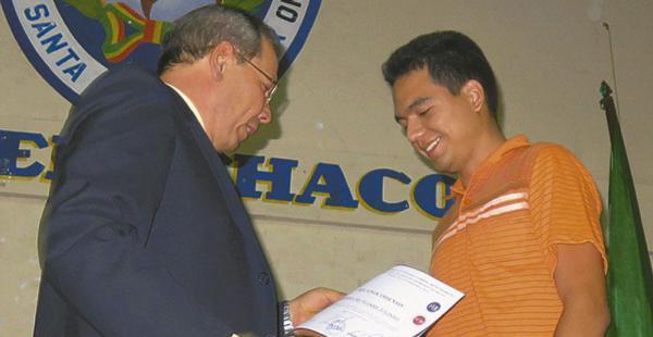 Julinho Rodríguez, de Contaduría Pública, recibe un diploma