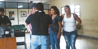 Mujer que apuñaló a madre en gestación se rinde a la ley
