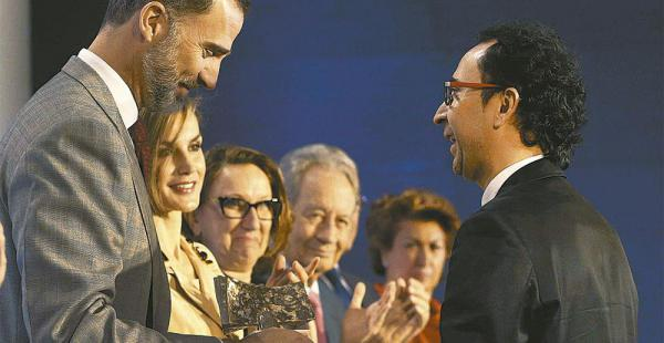 El rey Felipe VI saluda y hace entrega del galardón al boliviano en el acto que se realizó ayer en Madrid