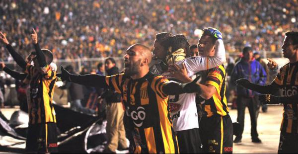 Los jugadores de The Strongest celebraron de manera ruidosa junto a sus hinchas la victoria lograda ante su clásico rival