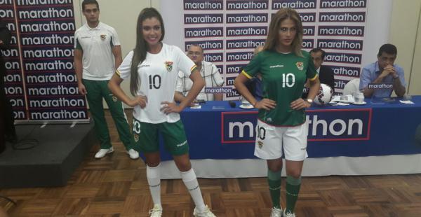 Las nuevas camisetas de la selección de Bolivia fueron presentadas en un acto especial al que asistieron miembros del cuerpo técnico, seleccionados y representantes de la FBF