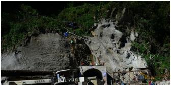 """Empresa china Sinohydro explota a bolivianos, """"nos chupa la sangre"""" dicen obreros; gobierno no hace cumplir la ley"""