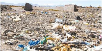 La limpieza del lago Titicaca enfrenta a un reguero de inmundicia