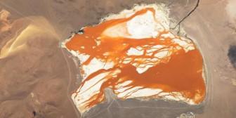 """La laguna boliviana """"de otro mundo"""" que sorprende a la NASA"""