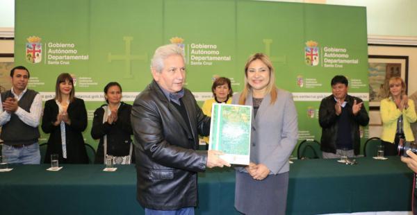 Costas recibió de manos de la presidente de la Asamblea Legislativa la constitución política de Santa Cruz
