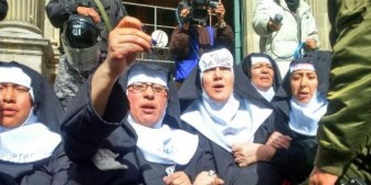 Manifestación solitaria: Mujeres Creando protesta en La Paz contra la visita del Papa a Bolivia