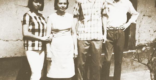 Tiene gratos  recuerdos con su madre y  hermanos  Nando Chávez Guzmán  (segundo a la derecha) en su adolescencia. Aparece en la foto junto a sus hermanos, Olga y Sócrates, y su mamá, Carmen Guzmán Justiniano.