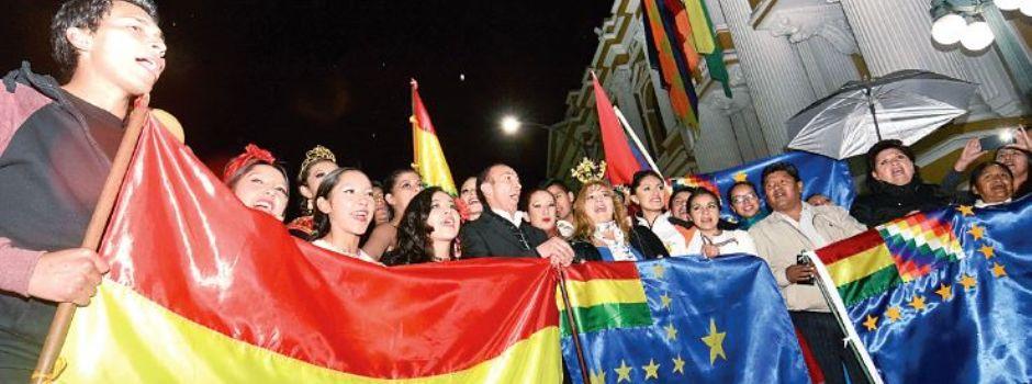 Parlamentarios  en la vigilia que se realizó anoche en la plaza Murillo de La Paz.