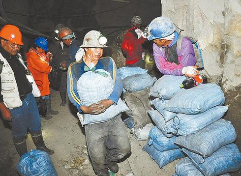 Tradicional. Un grupo de mineros cooperativistas en la mina Pailaviri, en el Cerro Rico de Potosí.