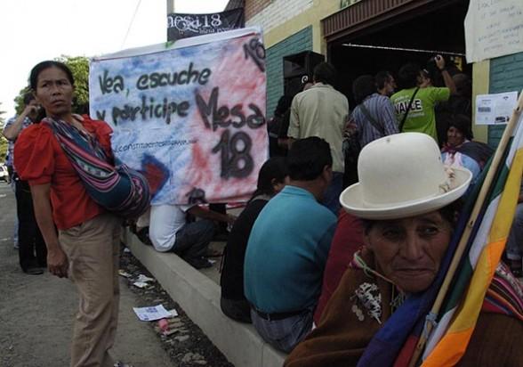 Activistas del medio ambiente atienden en la mesa 18, en la Conferencia Climática de 2010. - Daniel  James Los Tiempos