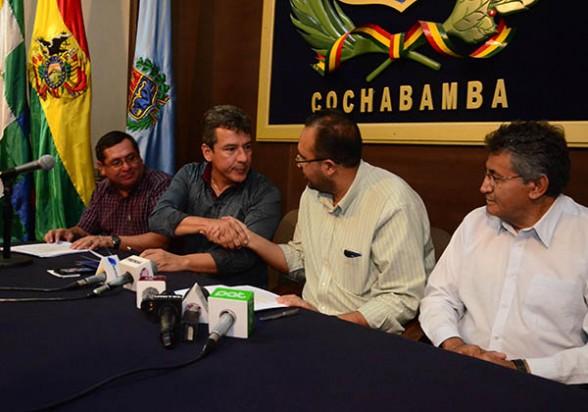 Representantes de la SIB junto al Ministro de Obras Públicas y el Gobernador, ayer. - José Rocha Los Tiempos