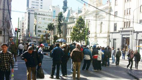 Choferes bloquean las calles aledañas a la Alcaldìa de La Paz.