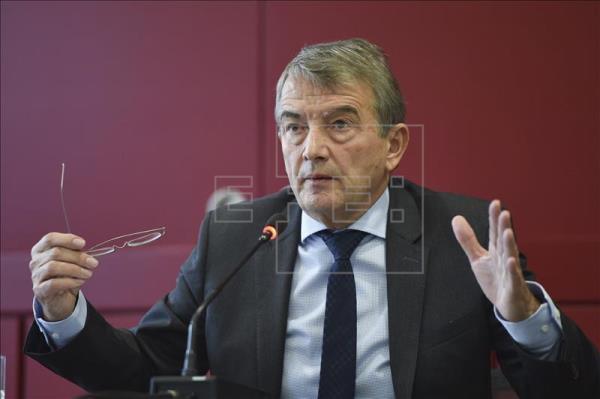 El presidente de la Federación Alemana de Fútbol (DFB), Wolfgang Niersbach, ofrece una rueda de prensa en la sede de la DFB, en Fráncfort (Alemania) hoy, 22 de Octubre de 2015. EFE