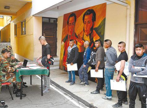 Reclutamiento. Jóvenes hacen fila a fin de enlistarse para prestar su servicio militar en el Estado Mayor, junio.