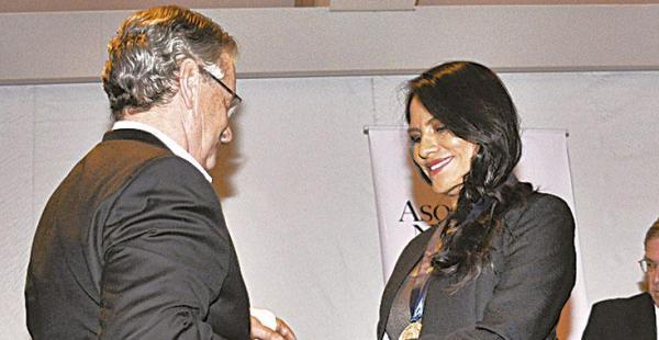 El presidente de la ANP, Pedro Rivero, felicita a Zulma Camacho
