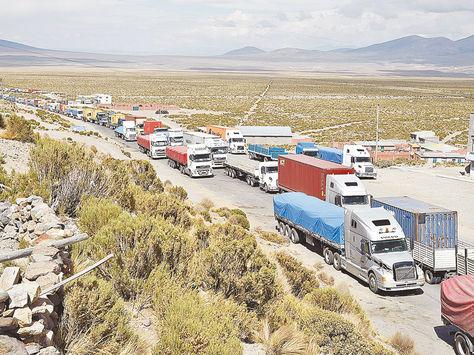 Tambo Quemado. Cientos de camiones de transporte pesado cortan la ruta en la frontera con Chile.