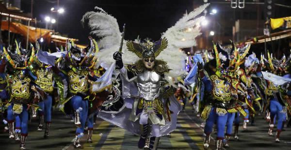 Más de 20.000 bailarines bailaron por las calles de la ciudad de Oruro sorprendiendo con su talento y trajes típicos a las miles de personas que se dieron cita al lugar