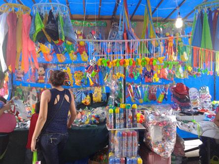 Los centros de abastecimiento se  llenan de accesorios carnavaleros