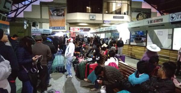 Cientos de viajeros se encuentran en la terminal de buses de Cochabamba en espera de poder continuar el viaje hacia sus destinos