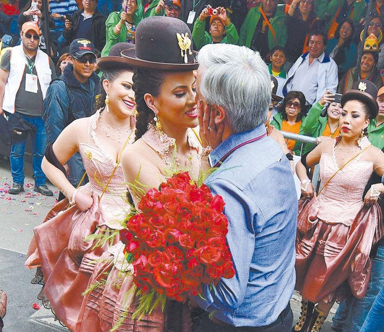 flores. Álvaro García Linera dio encuentro a su esposa. Foto: Alejandra Rocabado