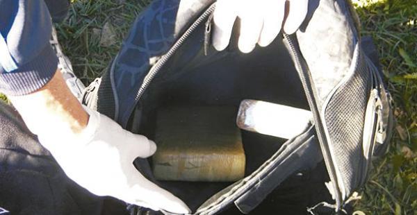 Los dos implicados envolvieron la droga en una toalla