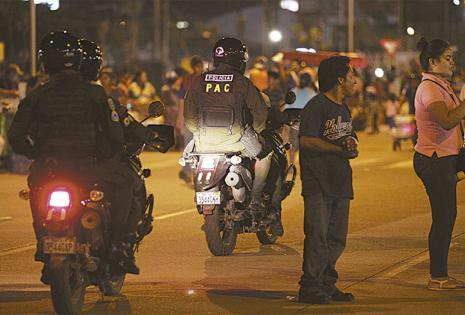 TRABAJO DE PREVENCIÓN Y ORDEN.  Efectivos de unidades policiales de élite hicieron patrullajes móviles en inmediaciones del cambódromo para evitar robos y desmanes