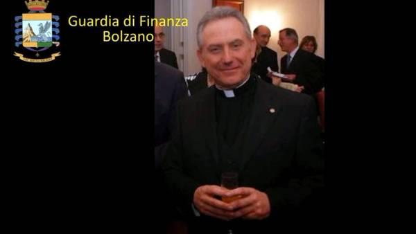 Fotografía facilitada por la Policía Financiera italiana que muestra al sacerdote argentino Patrizio Benvenuti, de 64 años, detenido por acusaciones de estafa. EFE