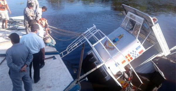 La nave se hundió parcialmente y pertenece a la empresa de transporte de la Armada