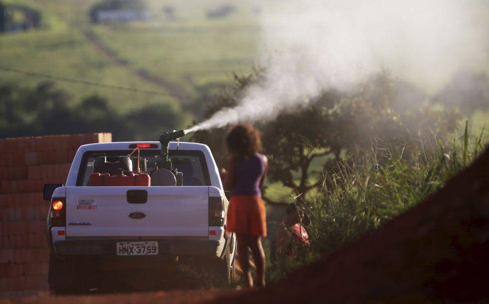 Un equipo fumiga contra el mosquito 'Aedes' en Sao Sebastiao, el 11 de febrero.