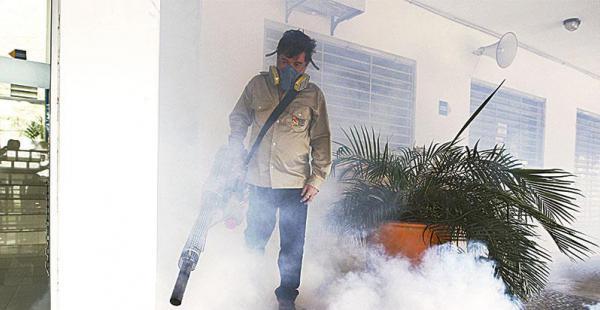 Funcionarios del Sedes durante la fumigación de las oficinas del Segip