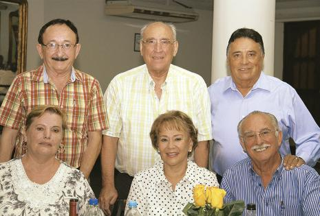 Rómulo Arano, Roberto Leigue y Jorge Artieda, de pie. Alicia  de Arano, 'Nena' de Soruco y Demetrio Soruco, sentados