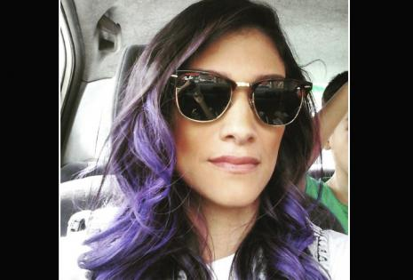 La presentadora de TV Analía Roca se animó por un tono violeta