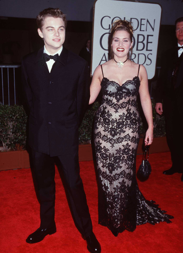 Leonardo DiCaprio y Kate Winslet, en una de las primeras alfombras rojas que pisaron juntos, la de los Globos de Oro de 1998.