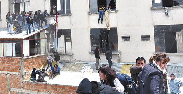 Algunas personas intentaron escapar saltando por las ventanas. Hubo desesperación por el incendio
