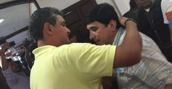Ernesto Suárez abraza a Carmelo Lens, que este viernes consiguió salir de la cárcel
