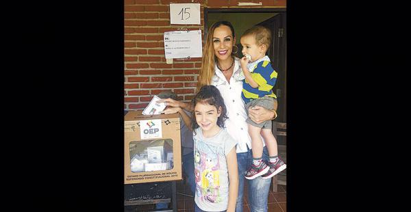 Carla Morón emitió su derecho junto a sus hijos Bruna y Lorenzo