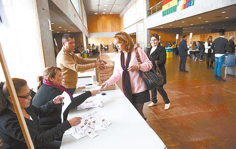 España. Ciudadanos bolivianos asisten a emitir su voto en los recintos electorales en Murcia.