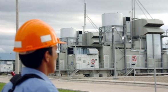 Un obrero observa la termoeléctrica de Entre Ríos construida por ENDE.  - Carlos  López Gamboa Los Tiempos