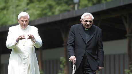 Benedicto XVI con su hermano mayor Georg Ratzinger en Italia. Imagen del 2008.