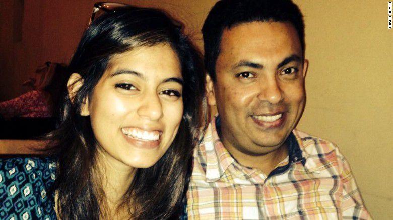 Trisha Ahmed con su padre Avijit Roy, quien fue asesinado en Bangladesh en 2015.