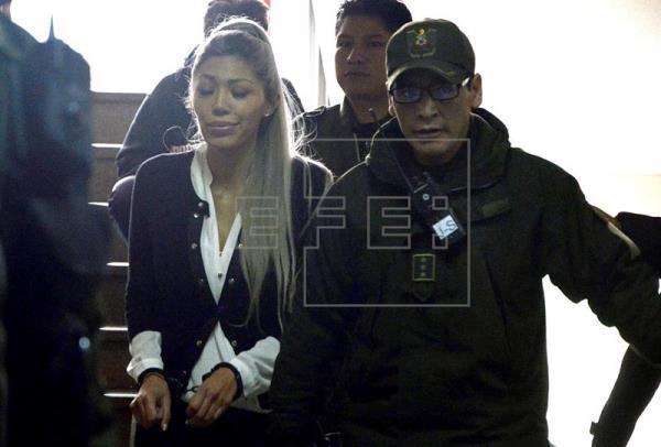 Gabriela Zapata Montaño (c), expareja del presidente de Bolivia, Evo Morales, sale de una audiencia cautelar, el 28 de febrero de 2016, en La Paz (Bolivia). EFE