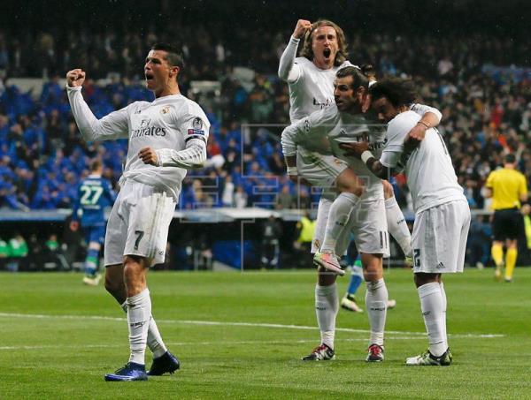 El delantero portugués del Real Madrid Cristiano Ronaldo (i) celebra su segundo gol, y segundo del equipo frente al Wolfsburgo alemán, durante el partido de vuelta de cuartos de final de la Liga de Campones que se jugó en el estadio Santiago Bernabéu, en Madrid. EFE