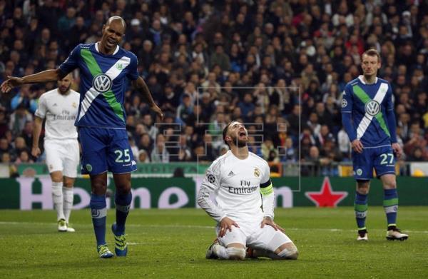 El defensa del Real Madrid Sergio Ramos (c) se lamenta ante el defensa brasileño Naldo (i) y el centrocampista Maximilian Arnold (d), del Wolfsburgo alemán, durante el partido de vuelta de cuartos de final de la Liga de Campones que se jugó en el estadio Santiago Bernabéu. EFE