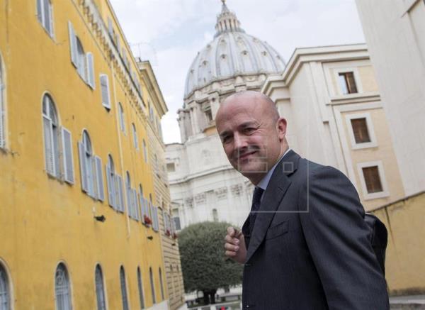 El periodista italiano Gianluigi Nuzzi mira a la cámara a su llegada a una sesión del llamado juicio de Vatileaks 2 en Ciudad del Vaticano, hoy, 13 de abril de 2016. EFE