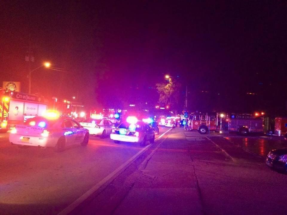 """Fotografía proporcionada por el Departamento de Policía de Orlando el 12 de junio de 2016 muestra las patrullas policiales fuera del club nocturno Pulse en Orlando después de un """"tiroteo""""."""