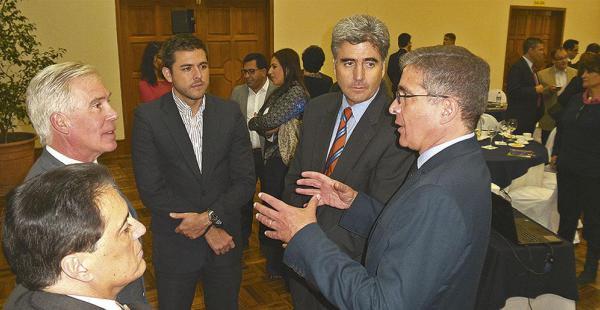 El encargado de negocios de la embajada estadounidense compartió experiencias con privados locales